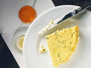Французский омлет с сытной начинкой из ветчины и сыра