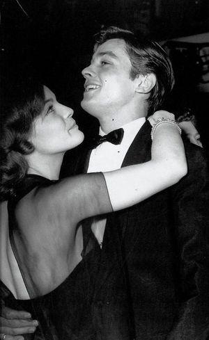 Роми Шнайдер и Ален Делон на новогодней вечеринке в Париже