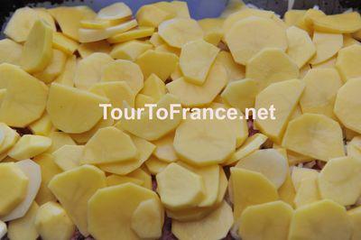 Картофель распределенный сверху лука и фарша - фото 7